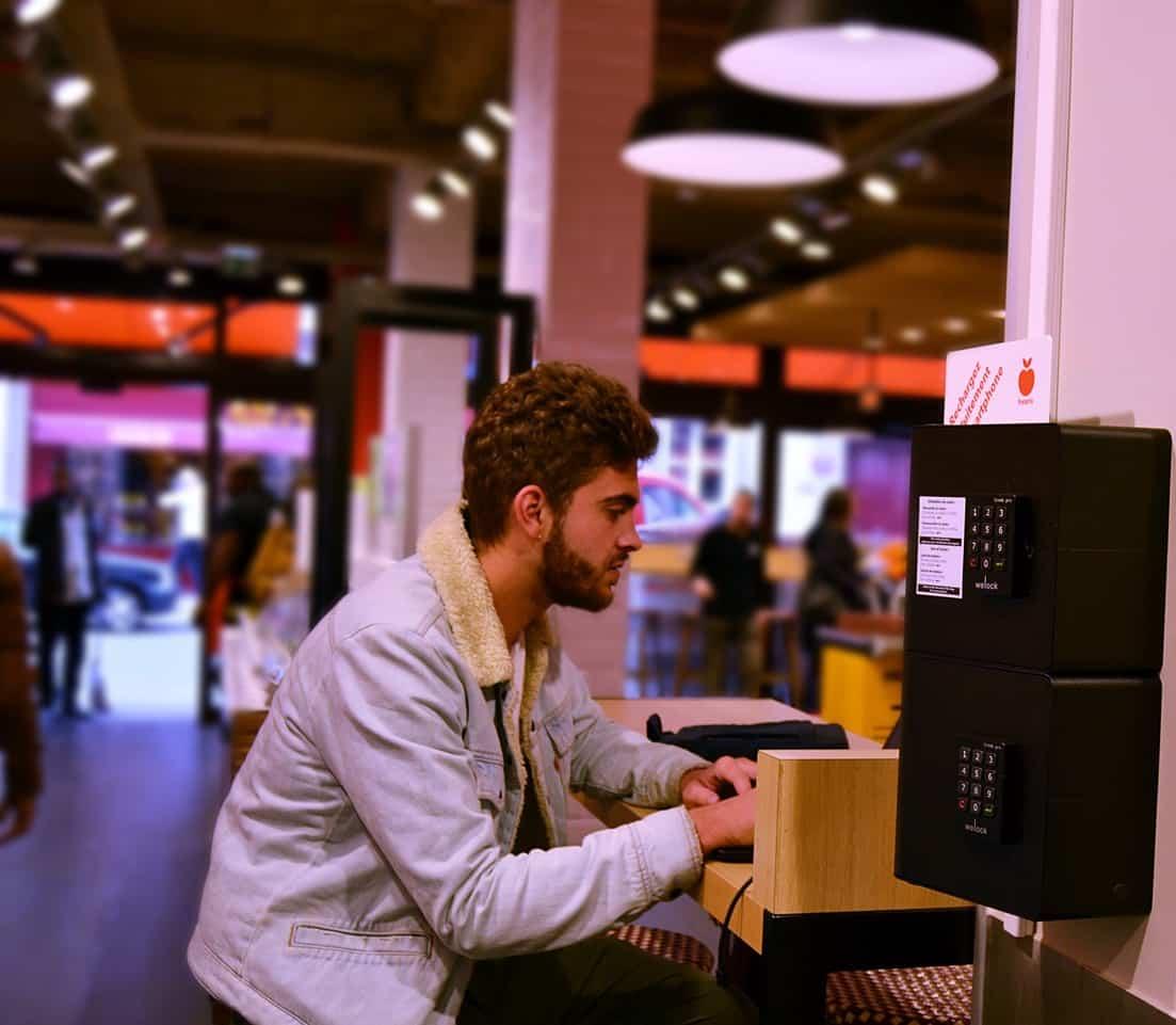 Borne de recharge pour téléphones portables installée dans le Franprix de la rue Duret, dans le 16ème arrondissement de Paris.