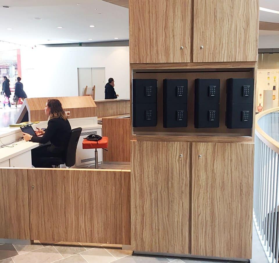 Centre commercial, la vache noire, avec ces bornes de recharge pour téléphones portables welock