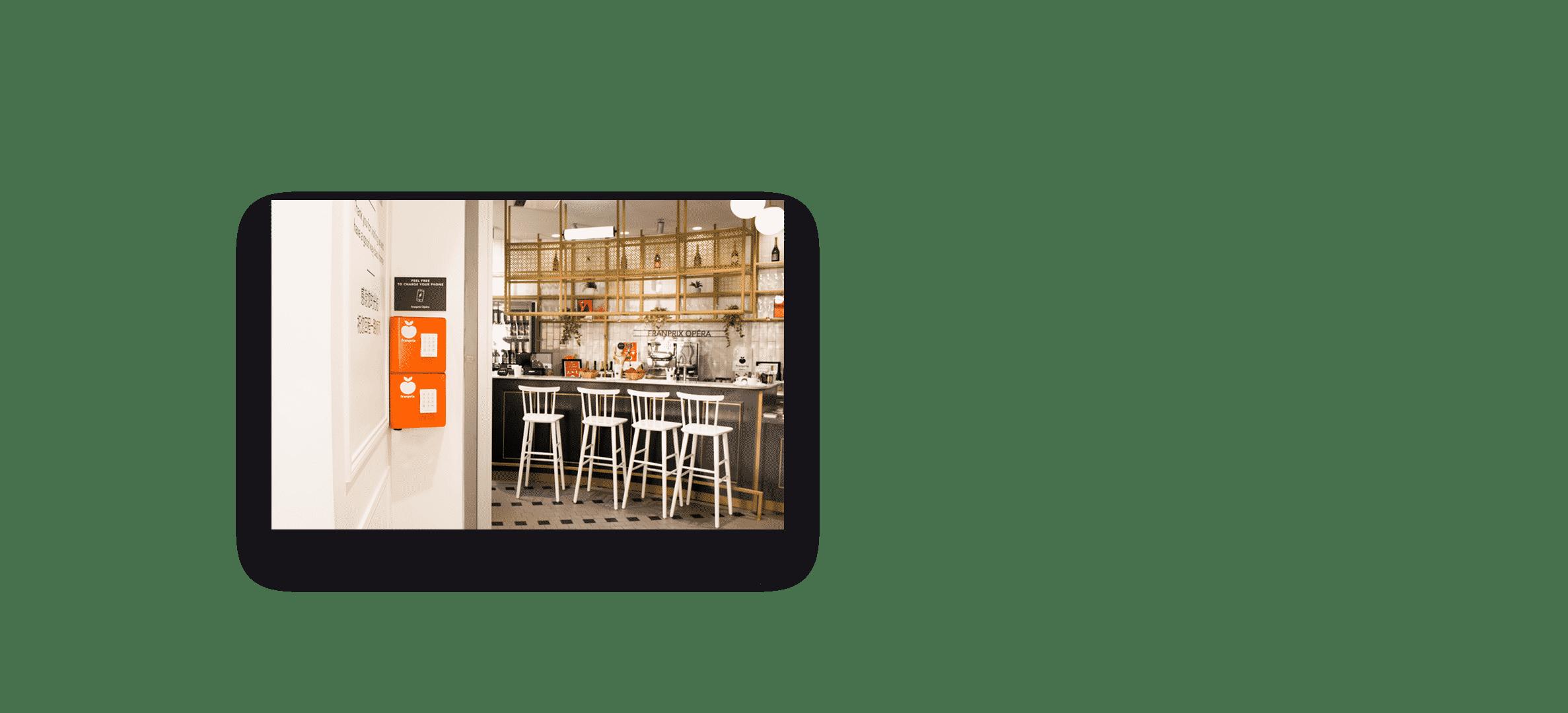 La station couleur mandarine recharge gratuitement votre téléphone chez Franprix Opéra