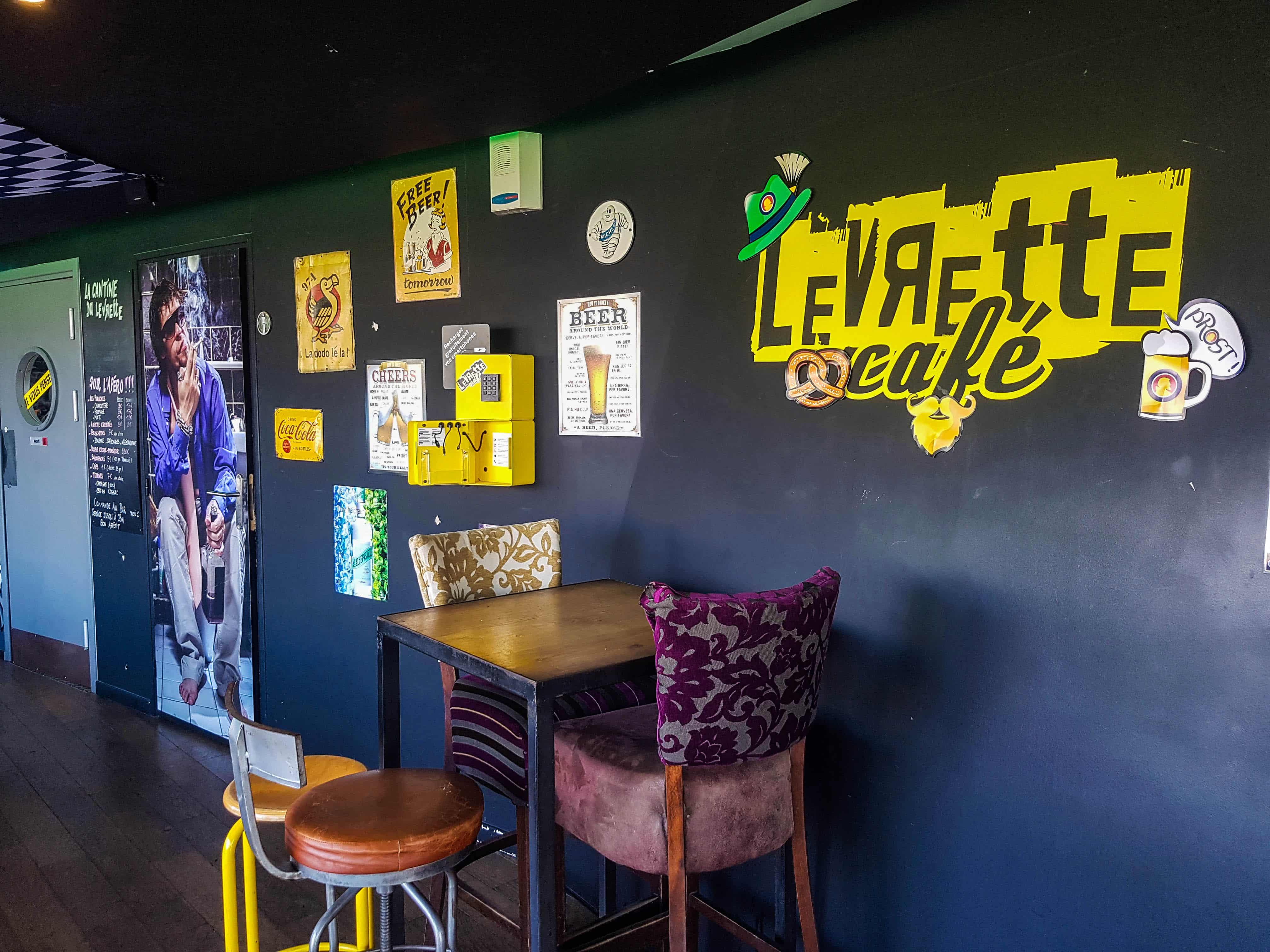 Borne de recharge pour téléphones chez Levrette Café