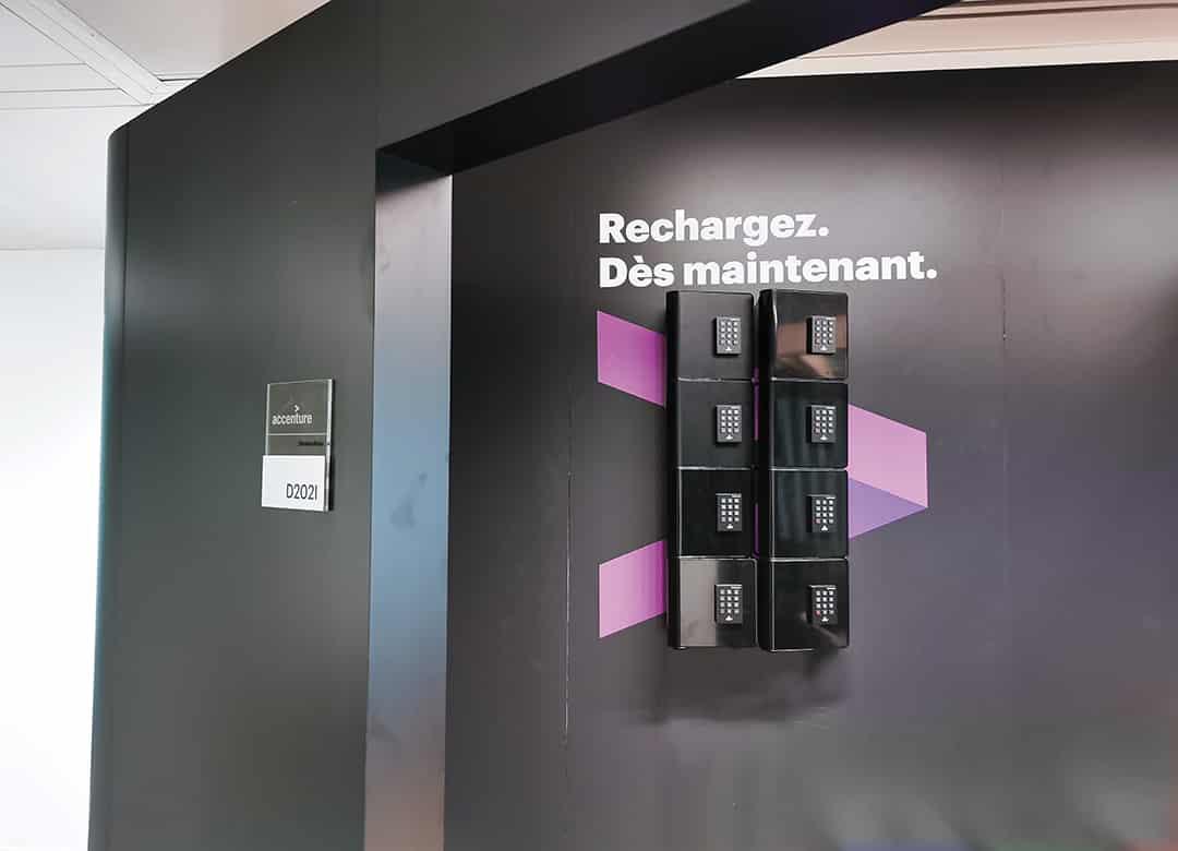 2 stations de recharge Welock sur un sticker mural